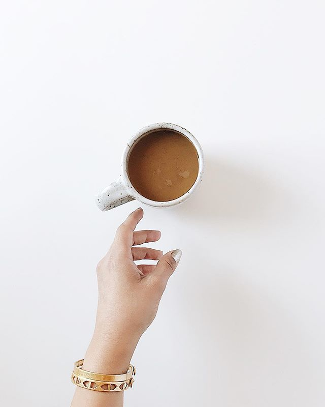 What's in your coffee? My current favorite is half caf, with a splash of oatmilk, cinnamon, and a smudge of honey.  What's your go-to coffee order?? God knows we all need it on Mondays (and errday, let's be real!!) ☕️🙏🏼🙋🏻