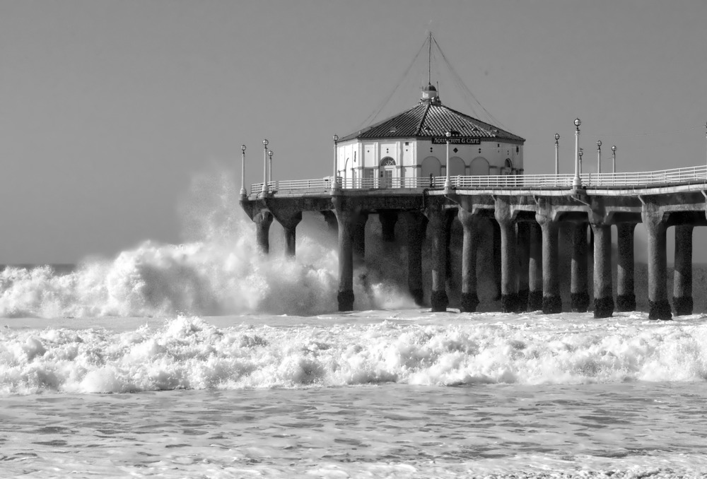 BWHuge_surf_strikes_the_Manhattan_Beach_Pier_during_the_biggest_storm_of_Winter_2007-2008 - commons.wikimedia.org.jpg