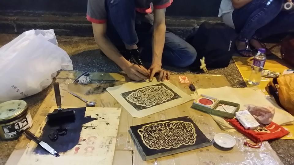 香港オキュパイの路上で版画を彫る