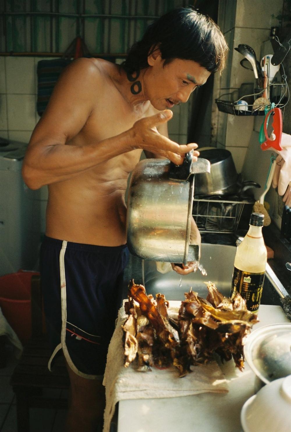 トビウオスープを作るアークン。台東で採ったトビウオをさばいて干物にして、自分の車につり下げていた。