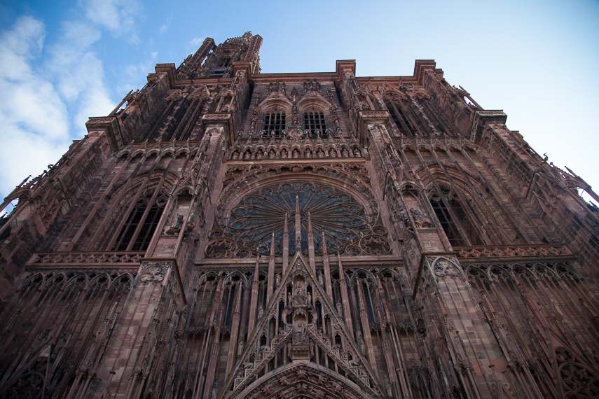 Mykistävä Notre Dame de Strasbourg -katedraali tarjoaa maamerkin, jonka avulla kaupungissa on helppo suunnistaa.