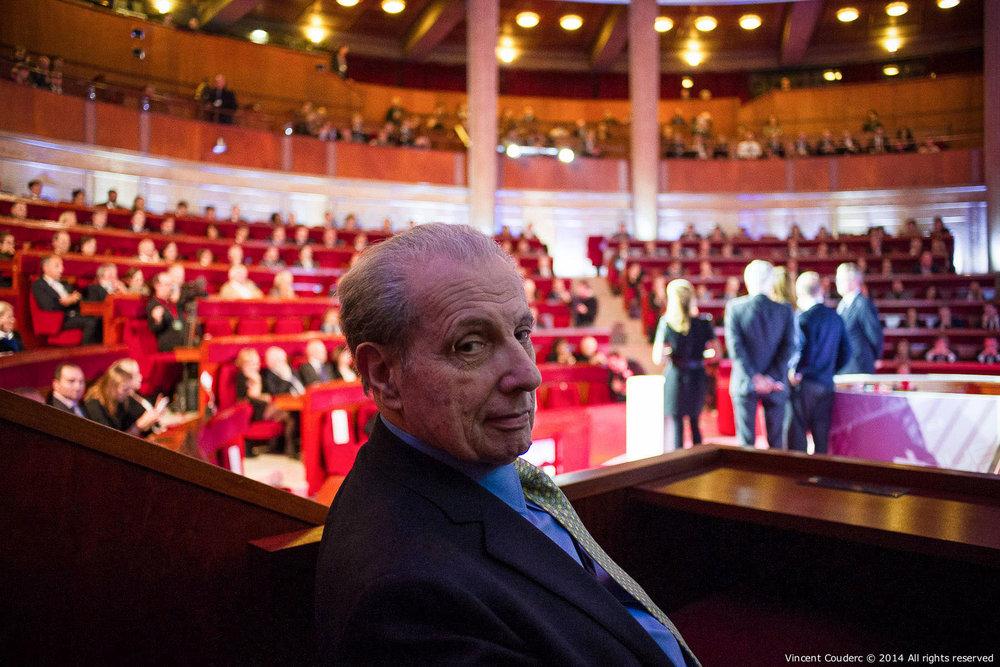 Henri Dauman dans l'hémicycle du Conseil Économique, Social et Environnemental  Exposition sur le travail du photographe Henri Dauman Palais d'Iéna,Paris, 2014.   www.manhattan-darkroom.com