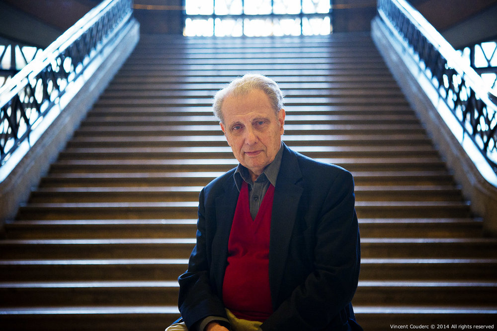 Henri Dauman devant l'escalier d'Auguste Perret  Exposition sur le travail du photographe Henri Dauman Palais d'Iéna,Paris, 2014.   www.manhattan-darkroom.com