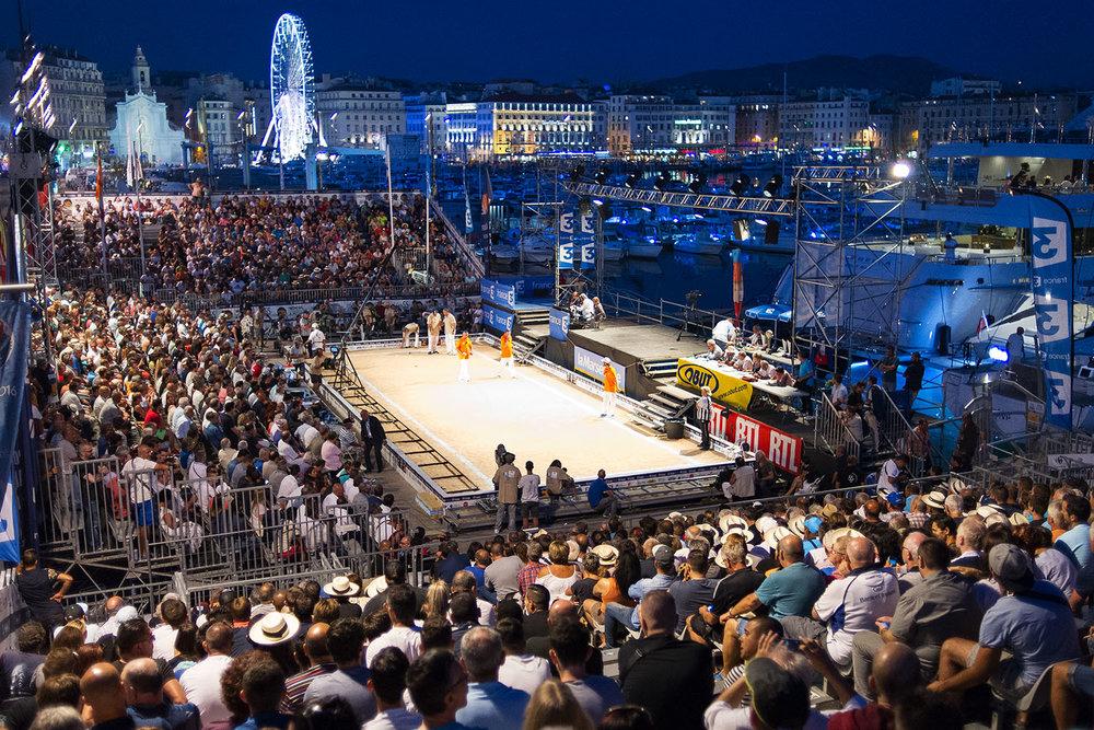 Le soir de la finale  55ème Mondial la Marseillaise à Pétanque. Sur le vieux port de Marseille, 2016.   www.mondialapetanque.com