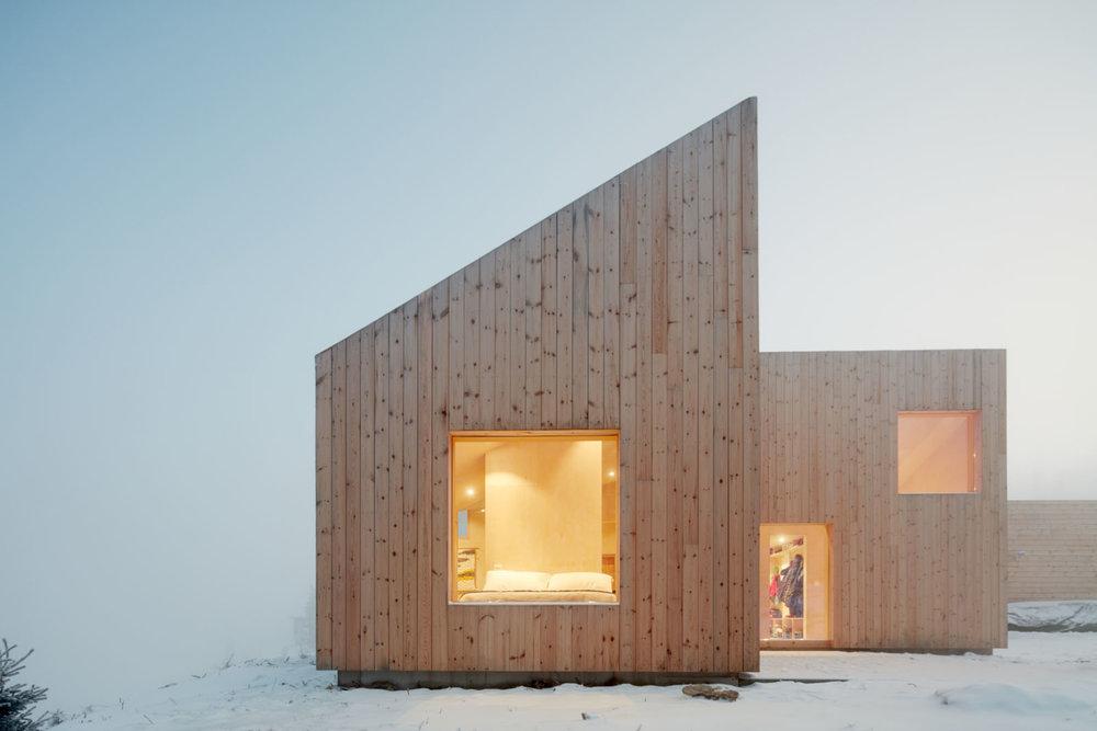 oslo-norway-cabin-gable-roof-pine-siding-mork-ulnes-bruce-damonte-1466x978.jpg
