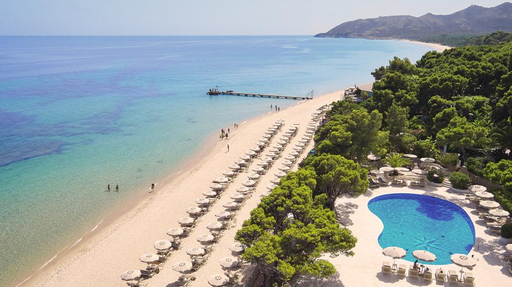 Strand und Pool am Hotel Castello.jpg