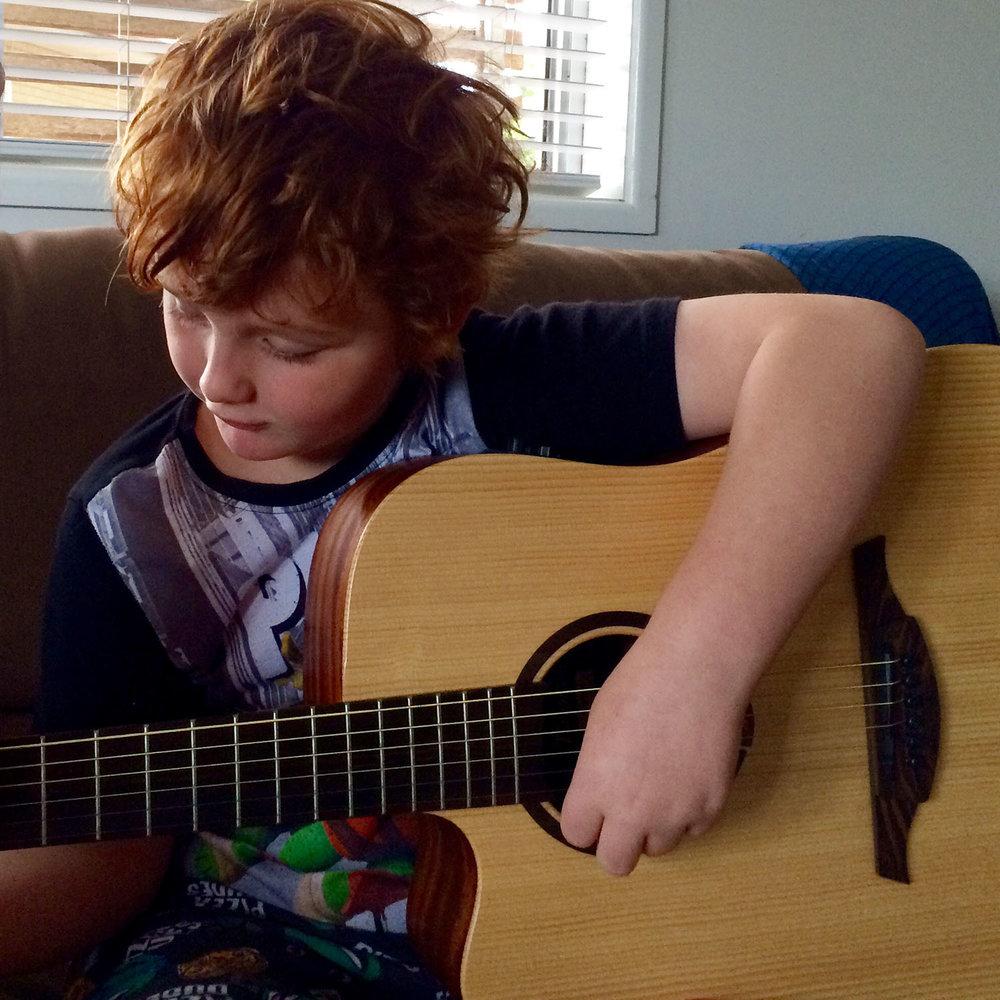 harry-guitar1.jpg