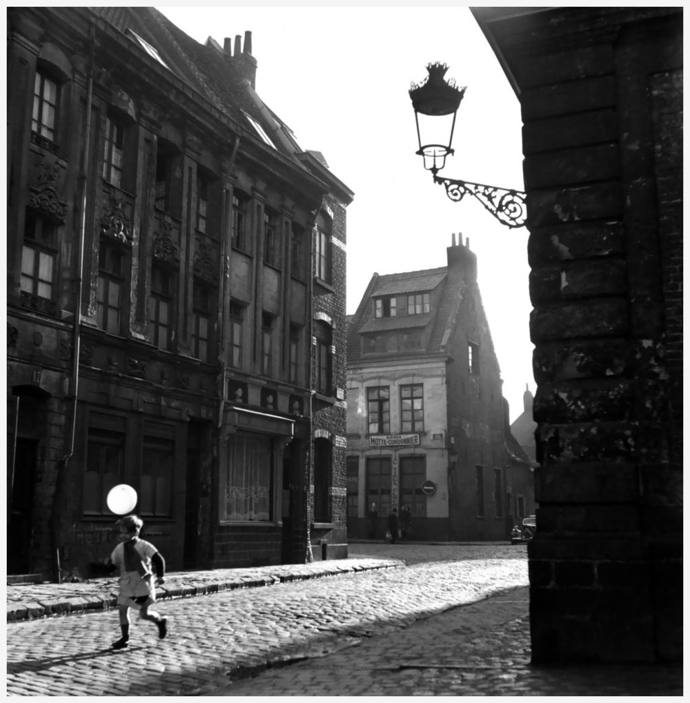 an-old-district-of-lille-france-in-1951-photo-robert-doisneau.jpg