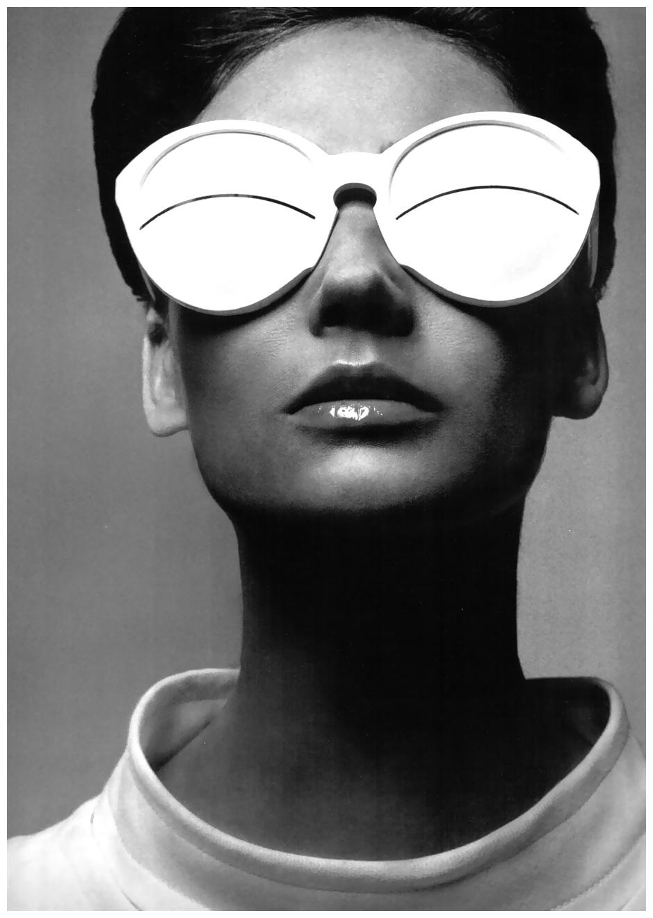 simone-paris-in-coureges-1965-photo-richard-avedon.jpeg