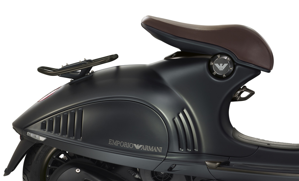 Vespa 946 GA Lat DX_Close_up.jpg