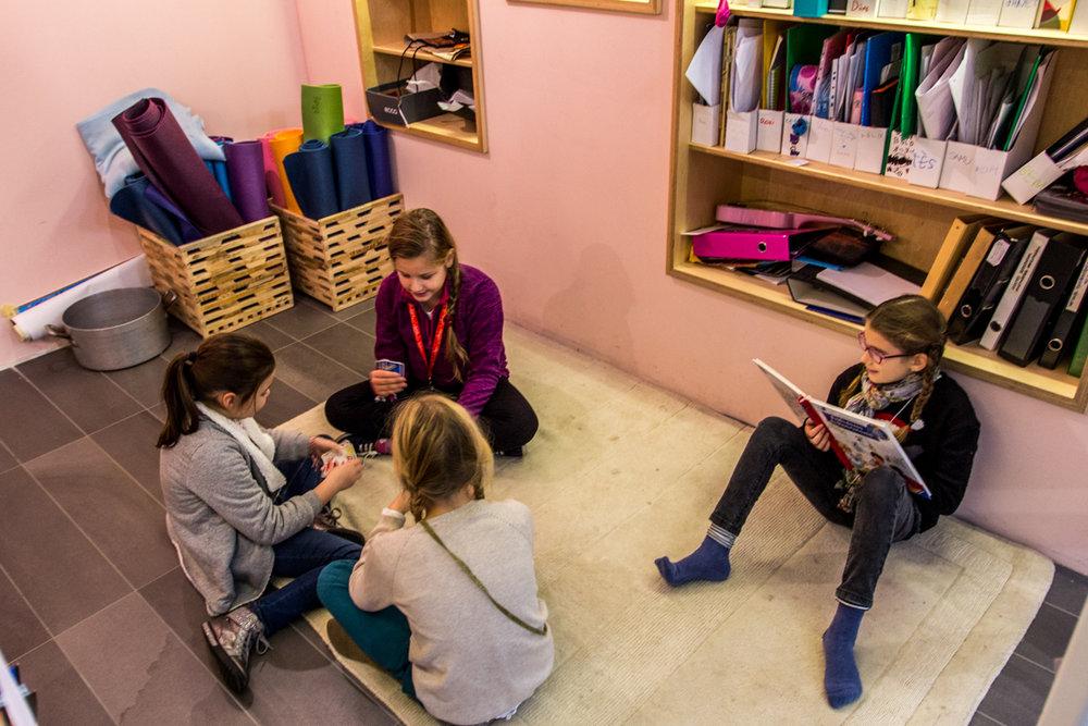 Néha kiscsoportokban tanulnak az iskolások, ezért kisebb terek is kellenek, nem csak nagy osztálytermek.