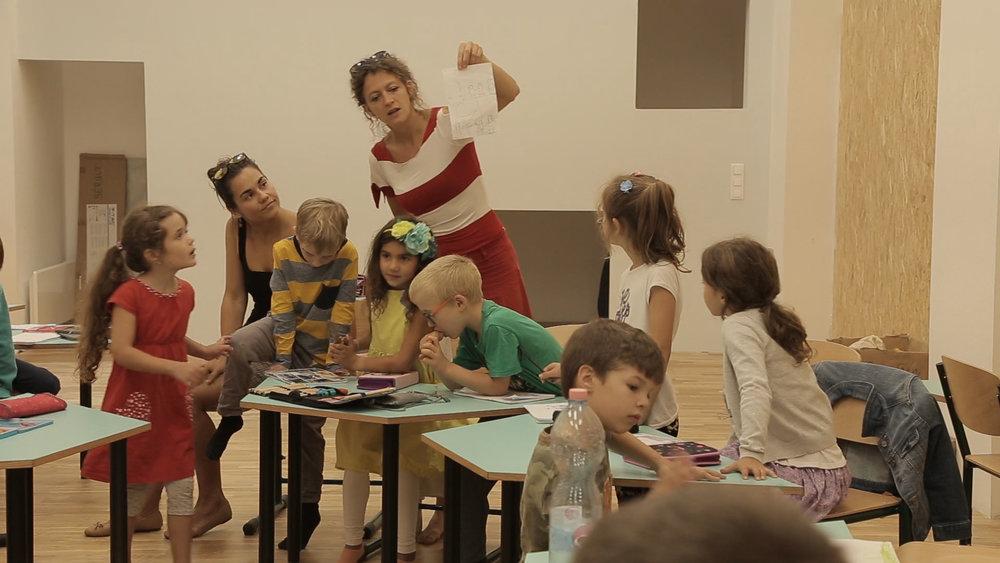 Egy egyszerű szobában is tudnak tanulni a gyerekek. Mint a modern irodákat, mi is sokszor átrendezzük a teret attól függően, hogy éppen mire van szükség.