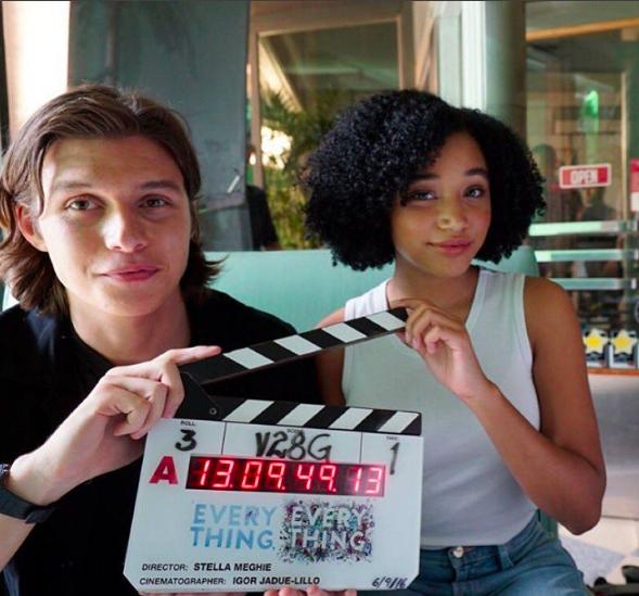Amandla Stenberg (Maddy) & amp;  Nick Robinson (Olly), în prima zi de filmare un Totul, film totul!  & Nbsp;