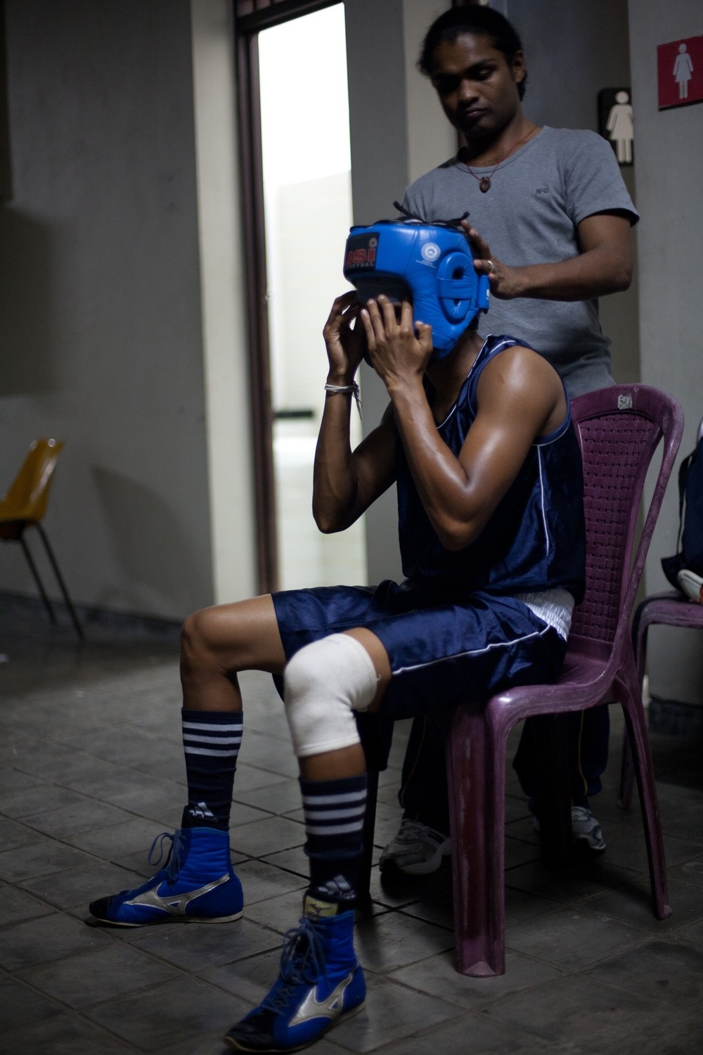 Anusha Kodituwakku gearing up for fight (© Lee Bazalgette)