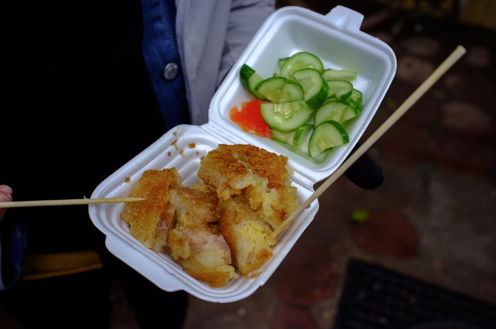 Sharing  Bánh chưng rán  for a snack