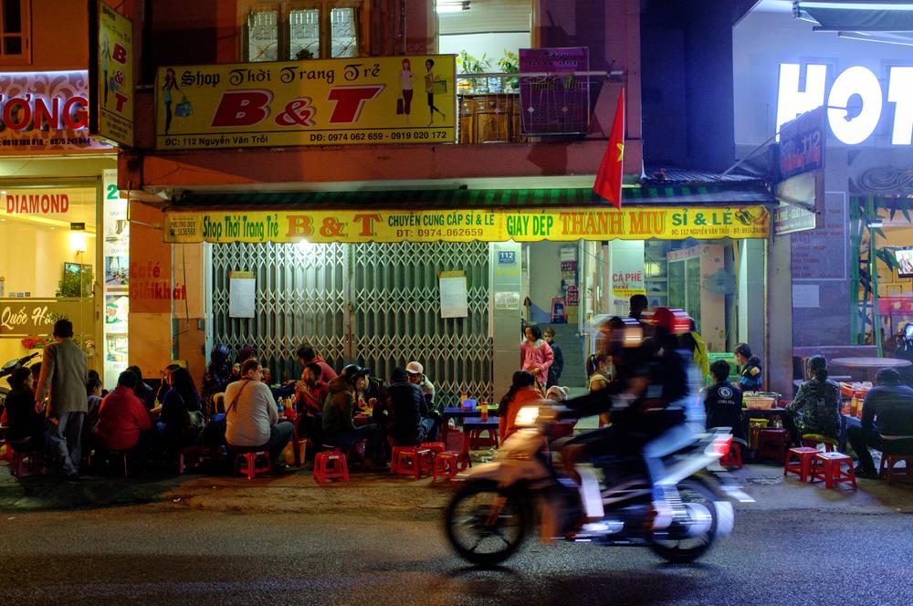 Busy night at  B  ánh Tráng Nướng 112