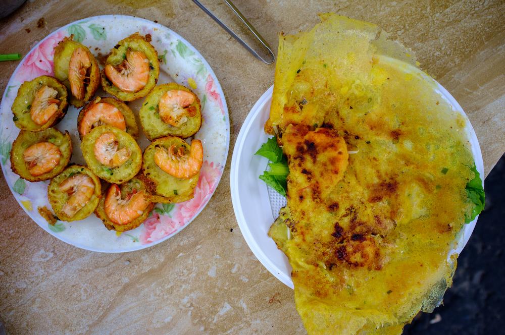Bánh khọt  (left) and  bánh xèo