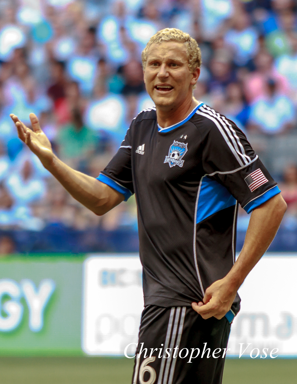 Steven Lenhart complains to the referee.