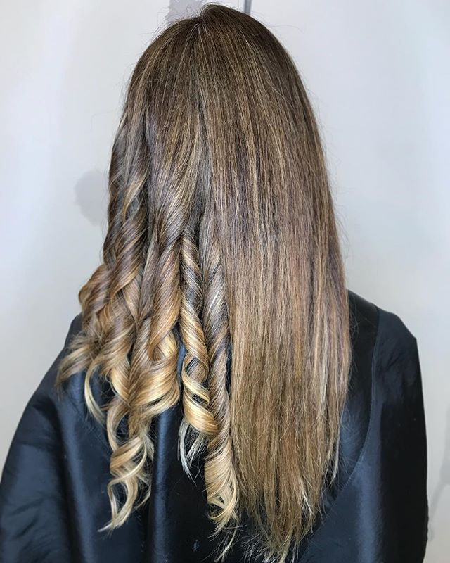 Showing the difference in curled versus straight foilayage. You can see more of the detailed pops on blonde when curled.  #balayage #hairpainting #freshlytressed #salonmeritage #behindthechair #modernsalon #americansalon #btcpics #hairhealer #hairprescription #sealbeachhair #longbeachhair #huntingtonbeachhair #regimenleadstoresults #hairpainter #sunkissed #fuckinghair #hotonbeauty #hairbrained #imallaboutthehair #mainaddicts #instahair #stylistshopconnect #allmodernhair #hairdressersjournal #livedinhair #foilayage #foilage #babylights