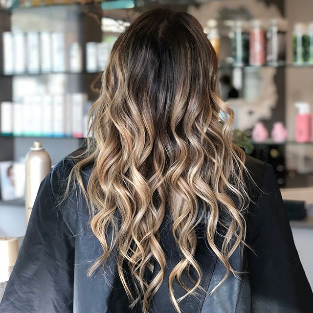 Worked on bringing out her J.Lo glow. 🙌🏻 Swipe ➡️ for before photo. #summerstateofmind #freshlytressed #salonmeritage #hair #sealbeachhair #longbeachhair #livedinhair #instagood #beachyhair #texturedhair #instahair #allmodernhair #foilayage #foilage #babylights #lovekm #kmeducation #thechoiceswemake #cultureislife #connect #inspire #skincareforyourhair #greensalon #goldkey #love_kevin_murphy #hairhealer #sustainablebeauty #nofilter