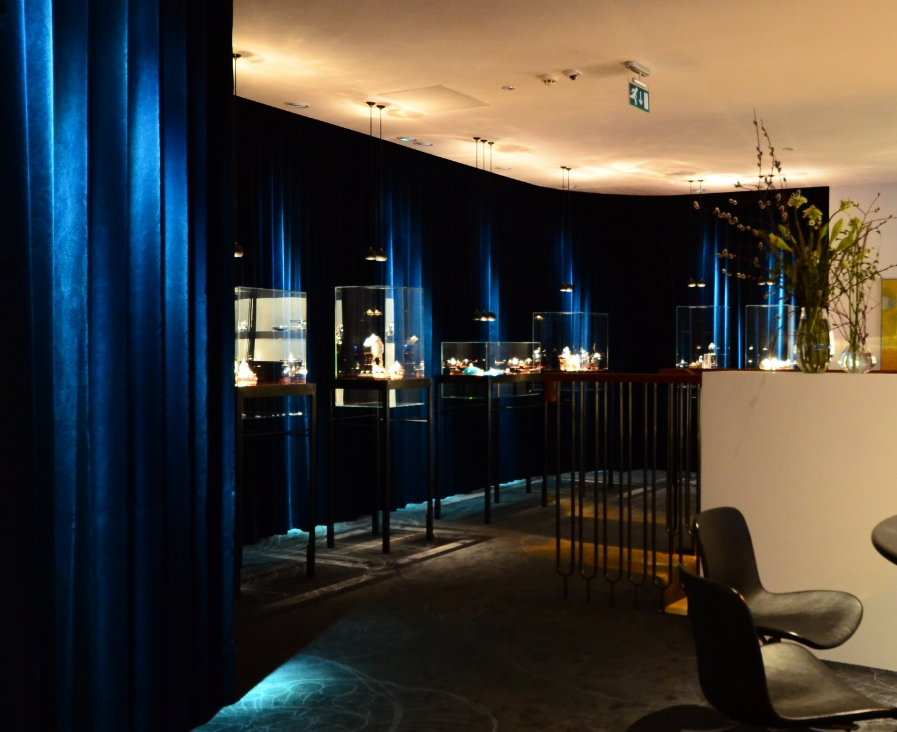 Six display cases was designed by JAC studios for some of the most unique Georg Jensen pieces. The lighting is classic with pendants but with a twist. The backdrop is grazed with blue light to create contrast and brilliance in the silverpieces.