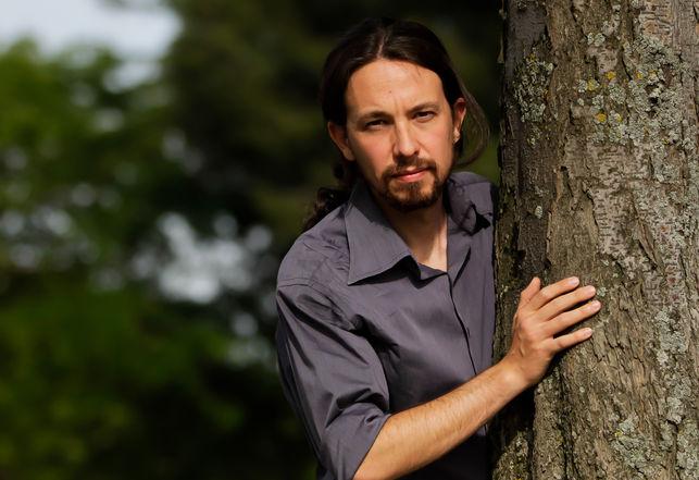 """Pablo Iglesias, haciendo el """"cu-cú-tras"""" en un árbol como Espinete en el inicio de Barrio Sésamo."""