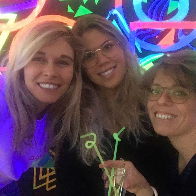 Experimental Events en boite de nuit 🕺Participez à l'Atelier Soft Cocktail (13-16ans) samedi 6 Janvier à partir de 15h au Studio 13/16. Le jour devient la nuit @centrepompidou @maximepotfer #selfie #fluo #tonyregazzoni #artist #creation #cocktails #sansalcool #mocktail #studio #boitedenuit #adolescentes #atelier #projet #team #centrepompidou #experimentalevents