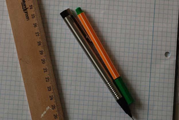Jeg bruger en blyant, en farvet kuglepen og en lineal