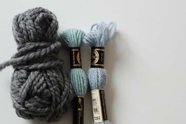 """Man kan både bruge """"rigtig"""" uld broderi garn og almindelig uld strikkegarn. det """"Rigtige"""" garn svare ca. til pind 4,5. Det stramaj stof jeg bruger her, har 6 tråde pr. cm."""