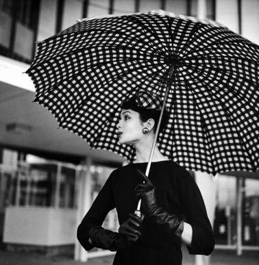 En smuk sort og hvid vintage paraply enten med striber eller prikker.