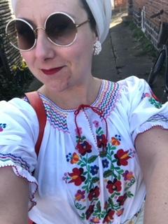 En bluse fra Ungarn med hånd broderet blomster  pris 500 kr