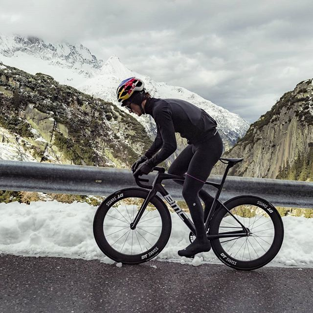 Winter in Switzerland. There's certainly a love/hate relationship involved - I guess the love grows once you are in #thezone . . . . #cycling #trackbike #fixedgear #ride #bike #winter #inlovewithswitzerland #switzerland #instagood #landscape #wintertime