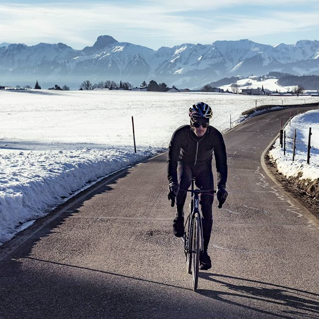 I really like getting high in the morning. Roughly 30min from the city of Bern and you find yourself looking at the most iconic rockformations of Switzerland. #eiger #mönch #jungfrau Thanks for joining me on my morning ride 📸 @1_in_the_gutter 🚗@marshal_sturm . . #trackbike #fixedgear #cycling #ride #bike #instagood #inlovewithswitzerland #outsideisfree #instafit