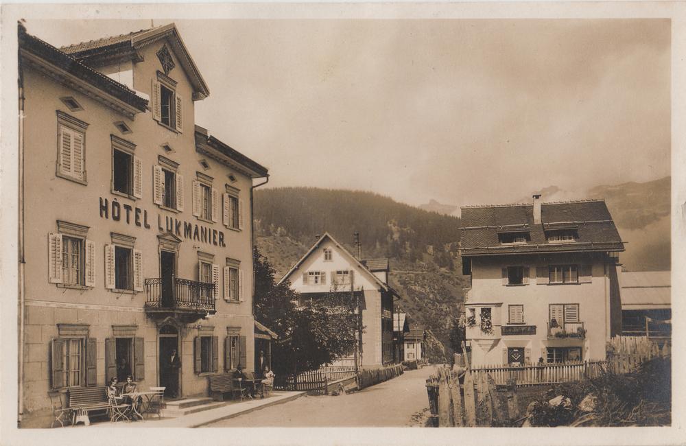 Hotel Lukmanier in Curaglia, dahinter die ehemalige Dependance