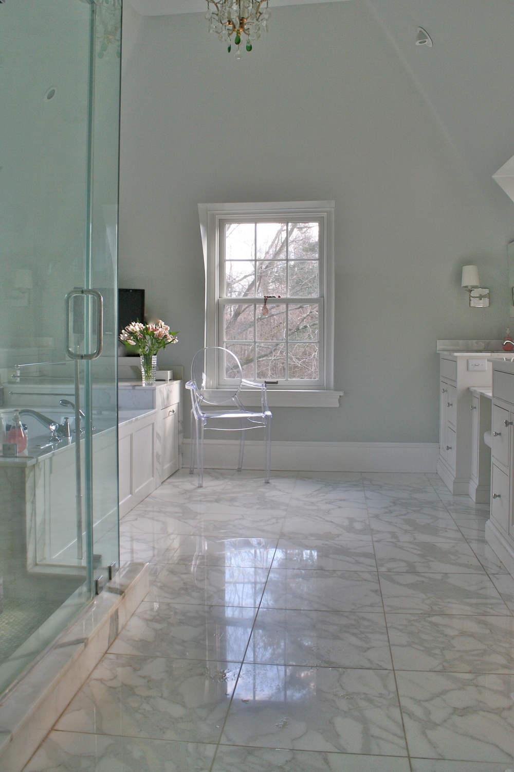 An elegant and luxurious master bath