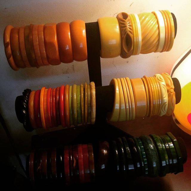 Dear Bakelite Collectors please check out my page @malondastreasures because I LOVE To Barter and will barter MOST items for bakelite bangles. #thedailybake #armcandy #wristcandy #bakelite #bakelitebangles #bakelitebracelets