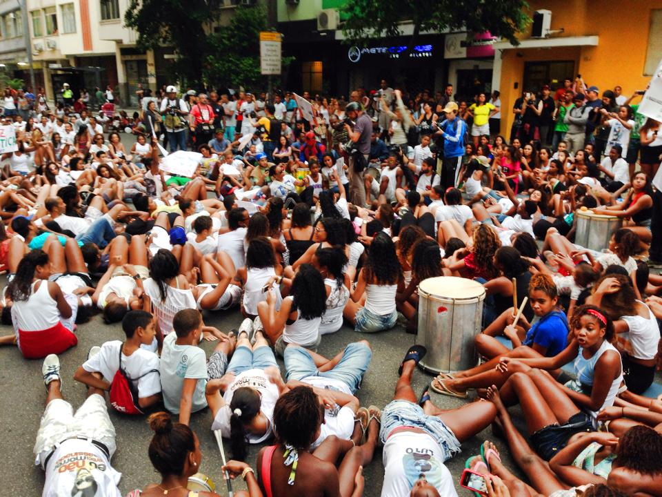 Protesters stage a sit-in one of the main intersections of Copacabana (Photos posted to Facebook by Thiago Firmino - April 27, 2014).