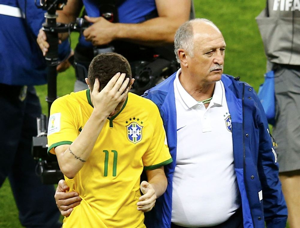 Scolari consoles player following 7-1 defeat against Germany in Minerao. (Source: Reuters)