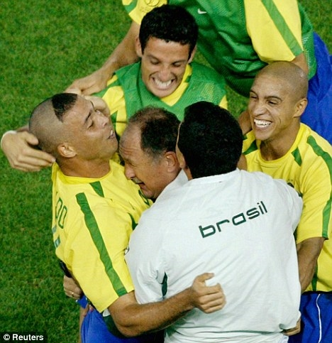 2002 squad celebrate Brazil's fifth World Cup championship with Scolari (center) following 2-0 match against Germany in Yokohama (source: Reuters)