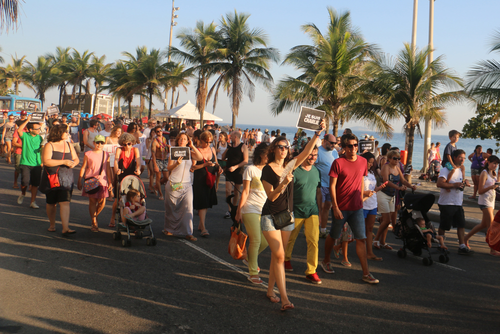 Hundreds of Brazilians and French nationals march in Ipanema in solidarity with victims of Charlie Hebdo attacks. Photo by Flora Charner