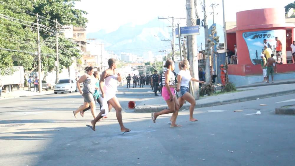 Alemão residents flee as chaos erupts between police and protest. Photo by Flora Charner