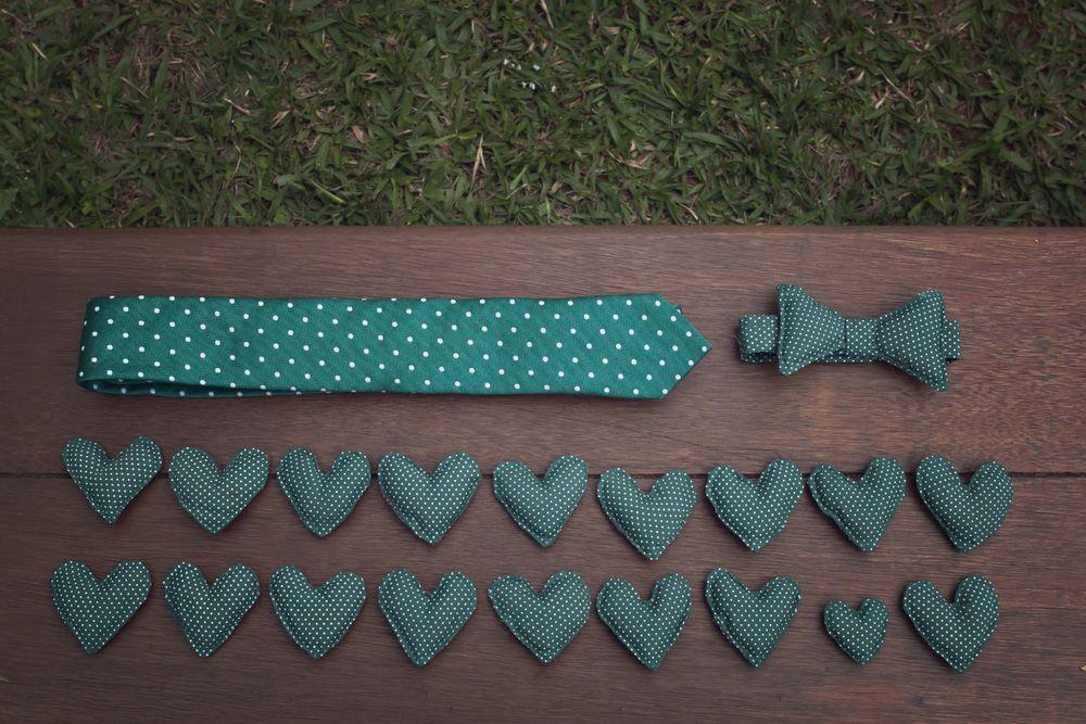 Tudo conversa entre si: gravata do noivo, gravatinha do Andy e as lapelas dos padrinhos