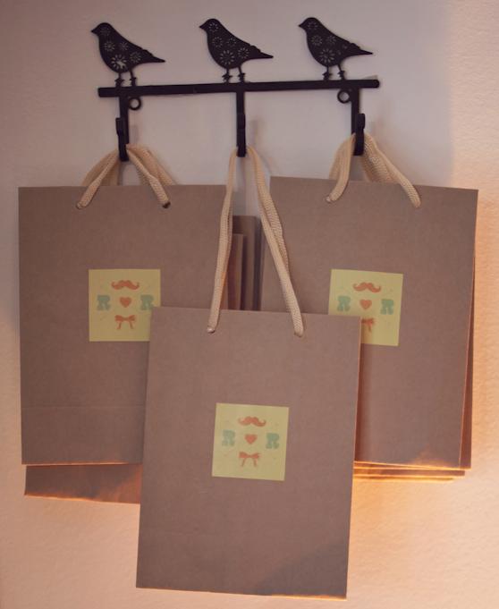Essa sacolinha com o logo do casório foi feita pros convidados levarem os docinhos pra casa
