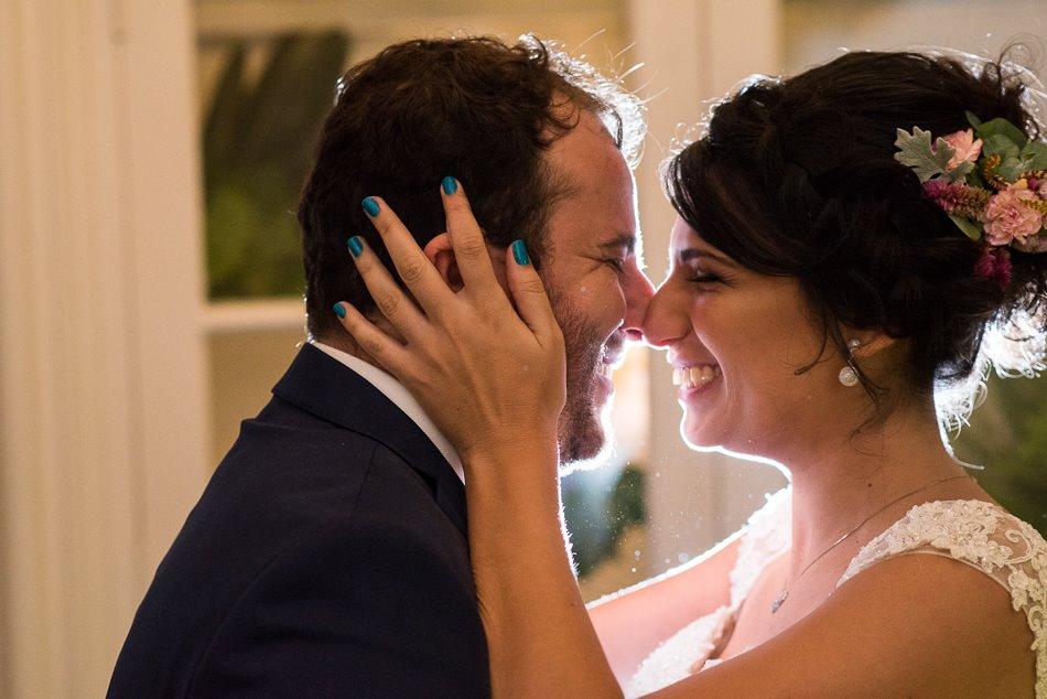 Casal feliz. No cabelo da noiva, nosso arranjinho floral.