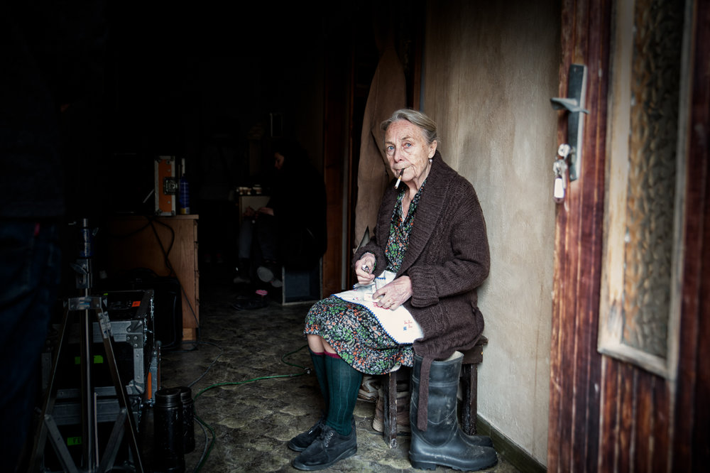 Elena Cotta in una pausa sul set.