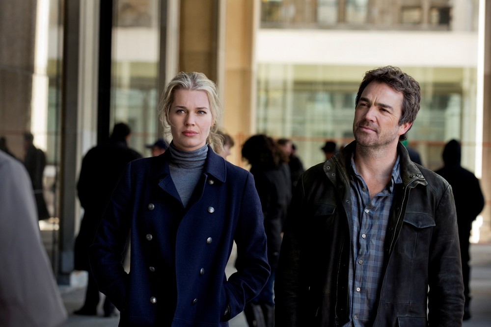 Rebecca Romijn and John Tenney in King and Maxwell, a TNT series broadcasted briefly for ten episodes in 2013.