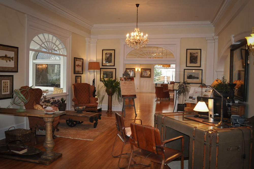 A room by the main entrance of the Stanley Hotel. Image via  LocationsHub.com .