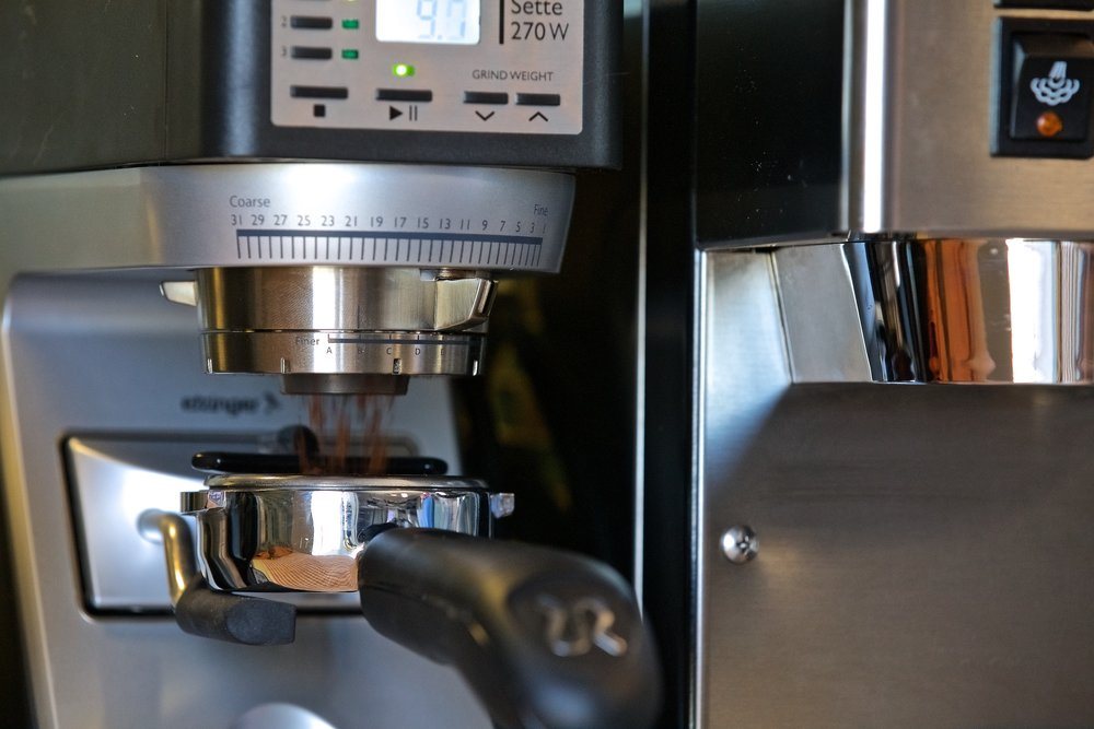The Baratza Sette 270W grinding into the Rancilio Silvia's portafilter.