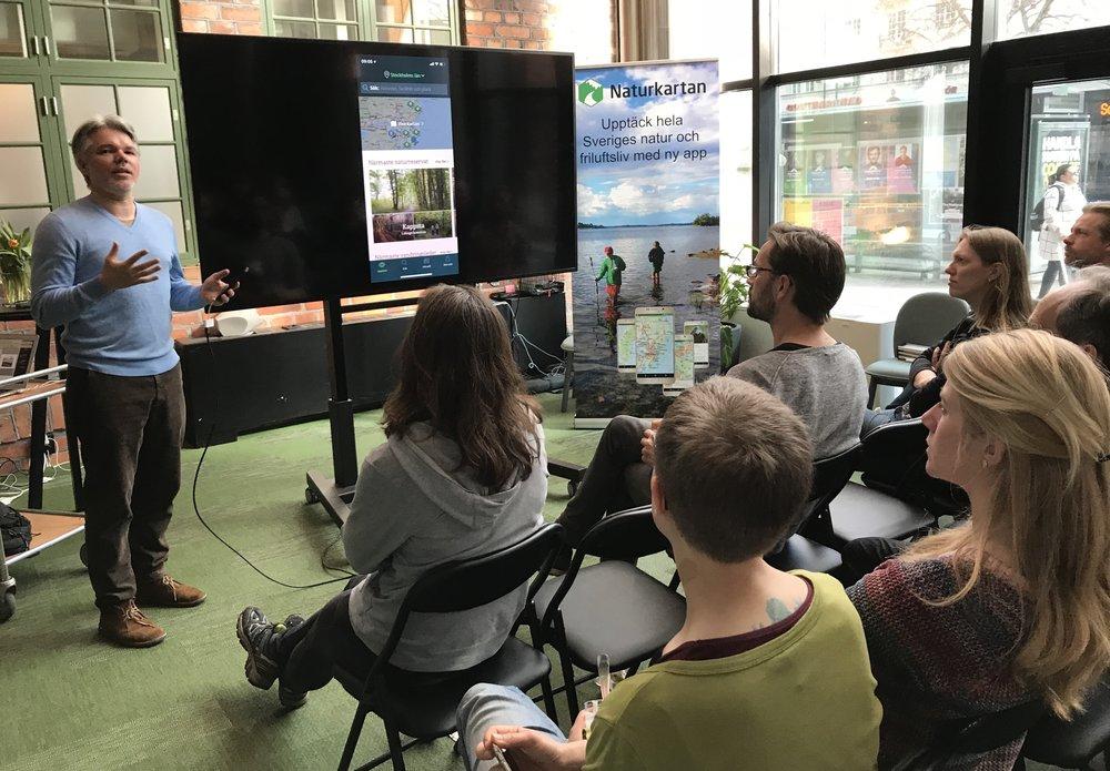Emil Hellström visar upp nya funktioner på Naturkartan app
