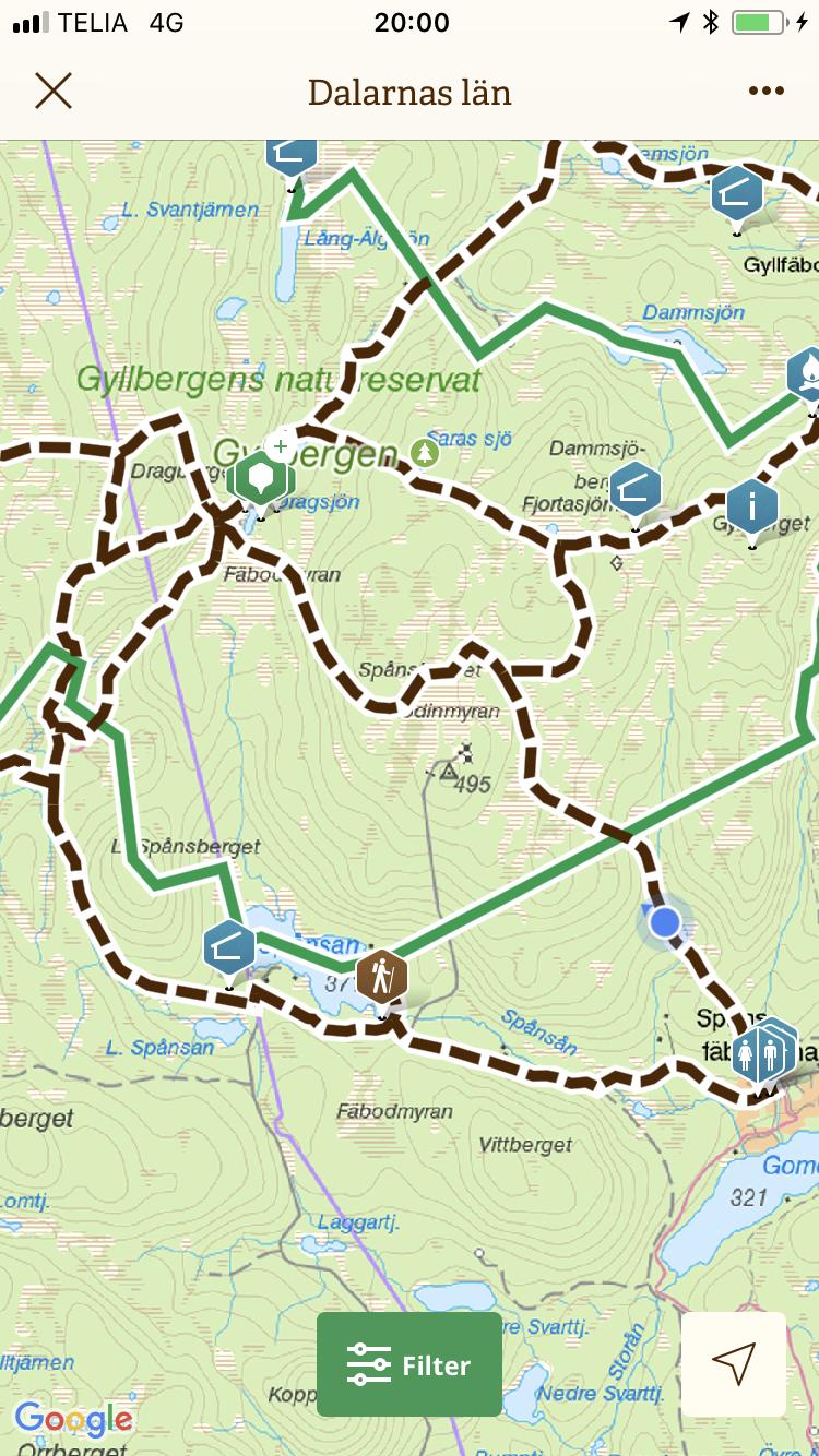 På väg in mot Dragberget och Dragsjöns mystik - Att besöka är Gyllenbergen är som att kliva in i en annan tid. Här står tiden helt still. Det är knäpptyst. Bara skogens ljud. Känns som att Björnen står på lur i vart och varannat blåbärsris.